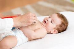 Младенец доктора рассматривая с стетоскопом Стоковое Изображение RF