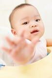 Младенец достигая к камере Стоковые Изображения