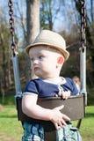 Младенец отбрасывая на парке Стоковая Фотография RF