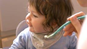 младенец подавая ее мать акции видеоматериалы