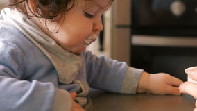 младенец подавая ее мать видеоматериал