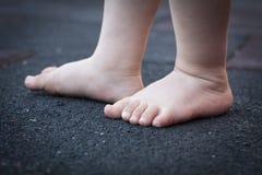Младенец предпринимая меры некоторые маленькие первые шаги Стоковое Фото