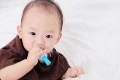 Младенец принимая медицину с капельницей Стоковая Фотография