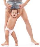 Младенец пробуя сделать первые шаги. Стоковые Фотографии RF