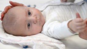 Младенец сжимая палец матери сток-видео