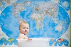Младенец сидя в коробке Стоковое фото RF