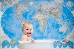Младенец сидя в коробке Стоковое Фото