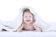 Младенец смеясь над внутри изолированного одеяла - стоковая фотография rf