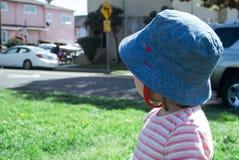 Младенец смотрит в расстояние Стоковые Изображения RF