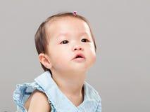 младенец смотря вверх Стоковое Изображение