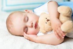 Младенец спать на кровати стоковые изображения rf