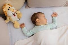 Младенец спать на кровати Стоковые Изображения