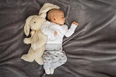 Младенец спать с его игрушкой стоковые фото