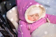Младенец спит во время прогулки в парке стоковое изображение
