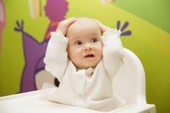Младенец схватил его голову стоковые фотографии rf