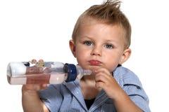 Младенец с его бутылкой стоковое изображение rf