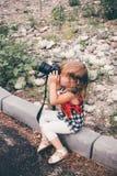 Младенец с камерой фото фотографирует Стоковое фото RF