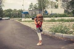Младенец с камерой фото фотографирует Стоковое Изображение