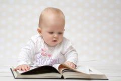 Младенец с книгой Стоковая Фотография