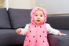 Младенец с костюмом клубники стоковое фото