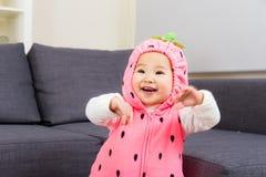 Младенец с костюмом клубники стоковое изображение