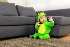 Младенец с костюмом партии хеллоуина динозавра стоковое фото