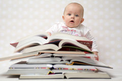 Младенец с кучей книг Стоковая Фотография