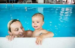 Младенец с мамой в бассейне стоковые фотографии rf