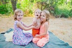 Младенец с 2 сестрами Стоковая Фотография RF