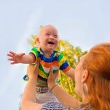 Младенец с Синдромом Дауна счастлив стоковое изображение