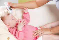 Младенец с цифровым термометром Стоковое фото RF