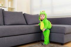 Младенец с шлихтой динозавра стоковые изображения rf