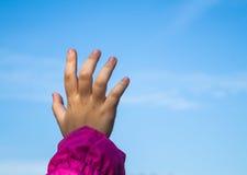 Младенец хватальщика протягивая к небу Стоковая Фотография RF