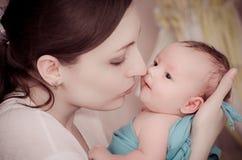 младенец целуя мать newborn Стоковая Фотография RF