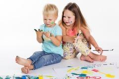2 младенца рисуют красками aquarelle Стоковые Изображения