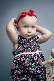 Младенческая маленькая девочка с красным смычком Стоковая Фотография