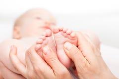 Младенческий массаж ноги стоковое изображение rf