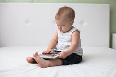 Младенческий малыш младенца ребенка сидя и печатая цифровой comp таблетки Стоковое фото RF
