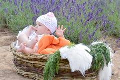 Младенческий мальчик в костюме зайчика Стоковые Фото