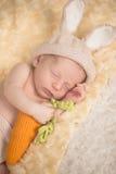 Младенческий мальчик в костюме кролика Стоковые Изображения