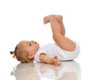 Младенческий ребёнок ребенка в пеленке лежа на задней части и смотря вверх Стоковые Изображения RF