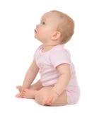 Младенческий сидеть малыша младенца ребенка счастливый смотрящ угол Стоковые Изображения RF