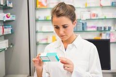 Младшая коробка медицины чтения аптекаря Стоковые Фото
