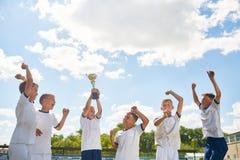 Младшая футбольная команда празднуя выигрывать стоковые фотографии rf