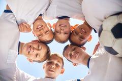 Младшая футбольная команда ютясь перед спичкой Стоковые Изображения
