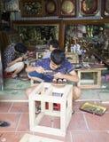Младшие мастеры делая медные продукты ремесленничества в традиционном пути Стоковое Изображение RF
