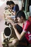 Младшие мастеры делая медные продукты ремесленничества в традиционном пути Стоковая Фотография RF
