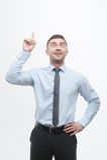Младший красивый менеджер показывая процесс идеи Стоковые Фото