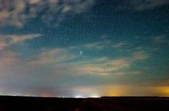 Млечный путь и звёздное небо с облаками стоковые изображения rf