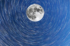 Млечный путь и режим кометы timelapsein полнолуния Стоковое фото RF